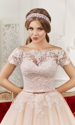 Розовое свадебное платье силуэта «принцесса» с портретным декольте и длинным шлейфом.