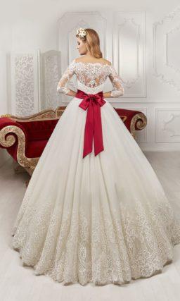 Кружевное свадебное платье пышного силуэта с широким алым поясом с вышивкой.