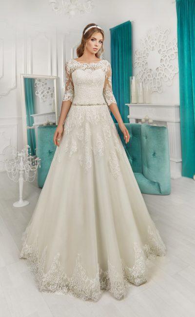 Свадебное платье силуэта «принцесса» с кружевным шлейфом и фигурным декольте.