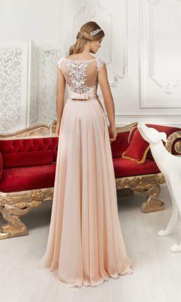 Романтичное свадебное платье розового цвета с прямым силуэтом и декором из кружева.