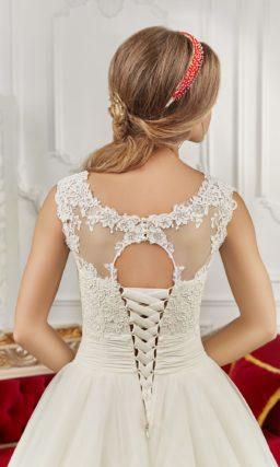 Пышное свадебное платье с кружевной отделкой и вырезом «замочная скважина» на спинке.