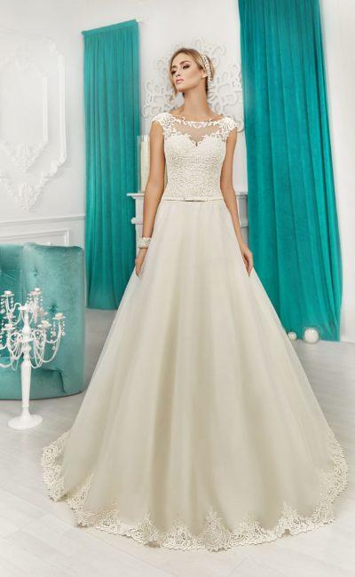 Свадебное платье «принцесса» цвета слоновой кости с романтичным кружевным декором.