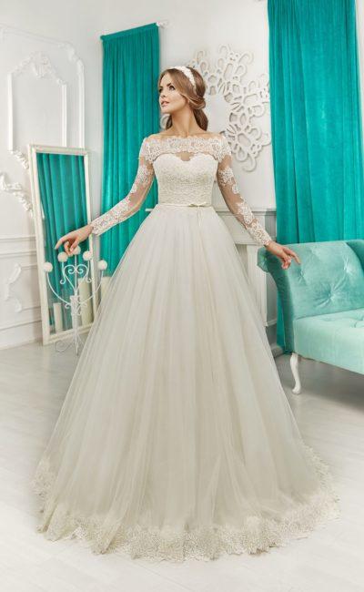 Пышное свадебное платье с портретным декольте и длинными облегающими рукавами.