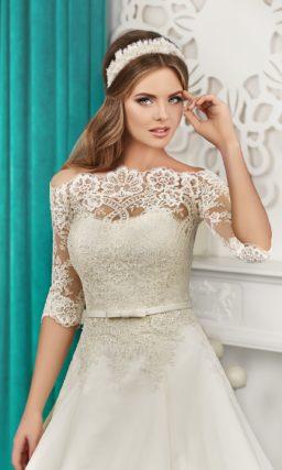 Свадебное платье силуэта «принцесса» с длинным кружевным шлейфом сзади.