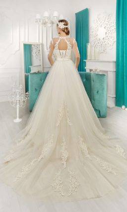 Свадебное платье силуэта «принцесса» с длинными рукавами и прозрачным шлейфом с кружевом.