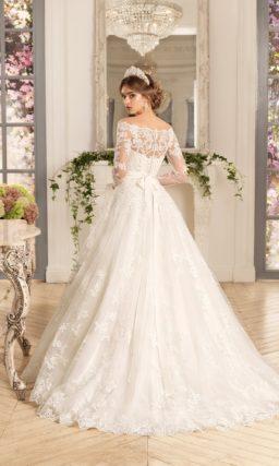 Свадебное платье «принцесса» с кружевным портретным декольте и широким поясом.