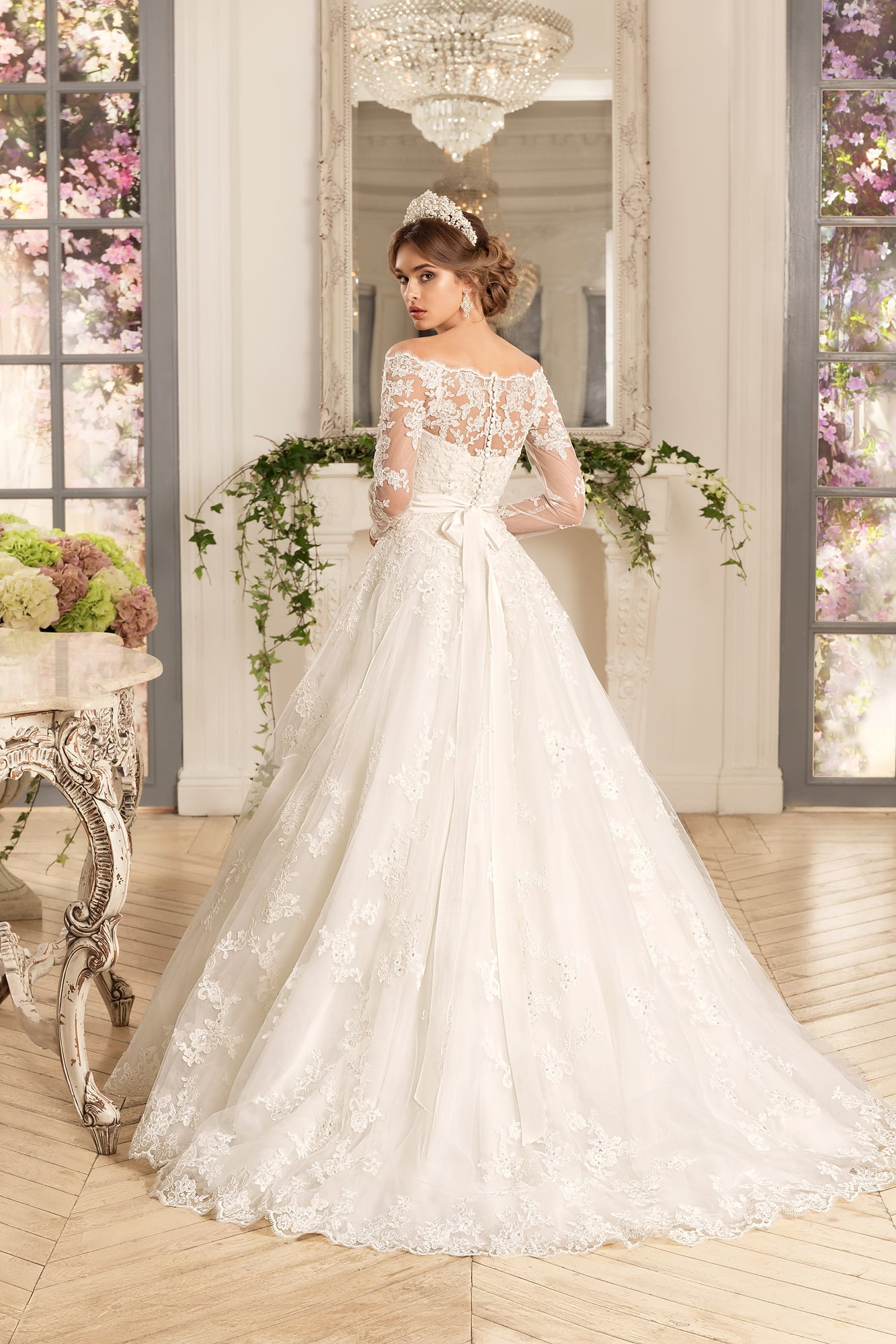 8d6a57879 Свадебное платье «принцесса» с кружевным портретным декольте и широким  поясом.