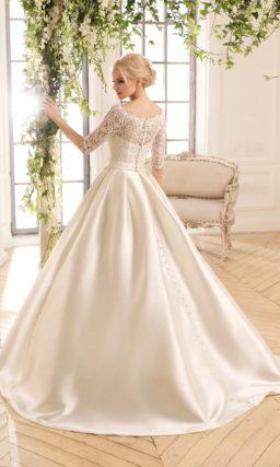 Пышное свадебное платье с кружевным верхом и атласной юбкой со скрытыми карманами.