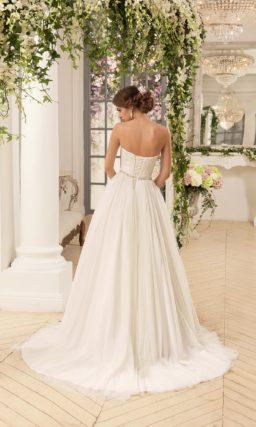 Открытое свадебное платье А-силуэта с кружевом и драпировками на корсете.