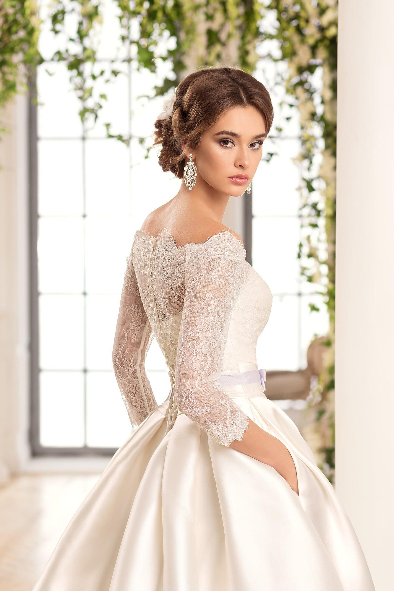 0a0b29dd7d8 Пышное свадебное платье из атласа с широким поясом и кружевным болеро.