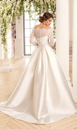 Пышное свадебное платье из атласа с широким поясом и кружевным болеро.