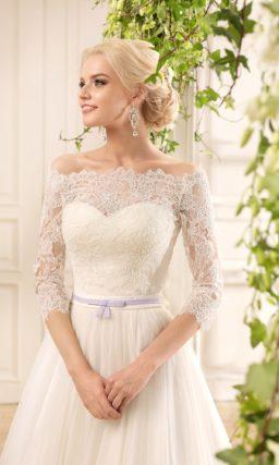 Открытое свадебное платье «принцесса» с драпировками и узким поясом.