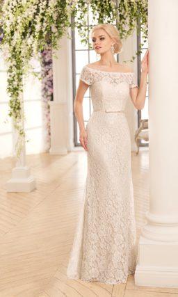 Прямое свадебное платье, по всей длине покрытое кружевом, с портретным декольте.
