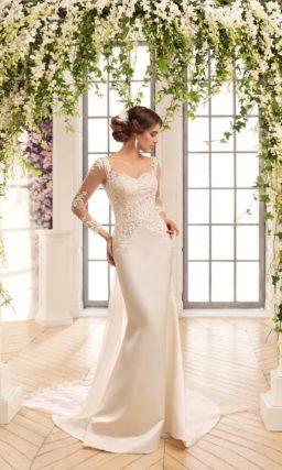 Роскошное свадебное платье прямого силуэта с длинным атласным шлейфом.