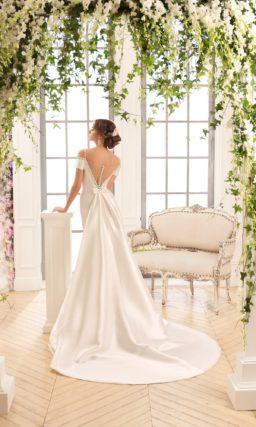 Атласное свадебное платье с силуэтом «рыбка» и портретным декольте, украшенным бисером.
