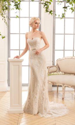 Открытое свадебное платье бежевого цвета с прямым силуэтом и пышной верхней юбкой.