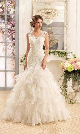 Элегантное свадебное платье силуэта «рыбка» с подолом, покрытым оборками.