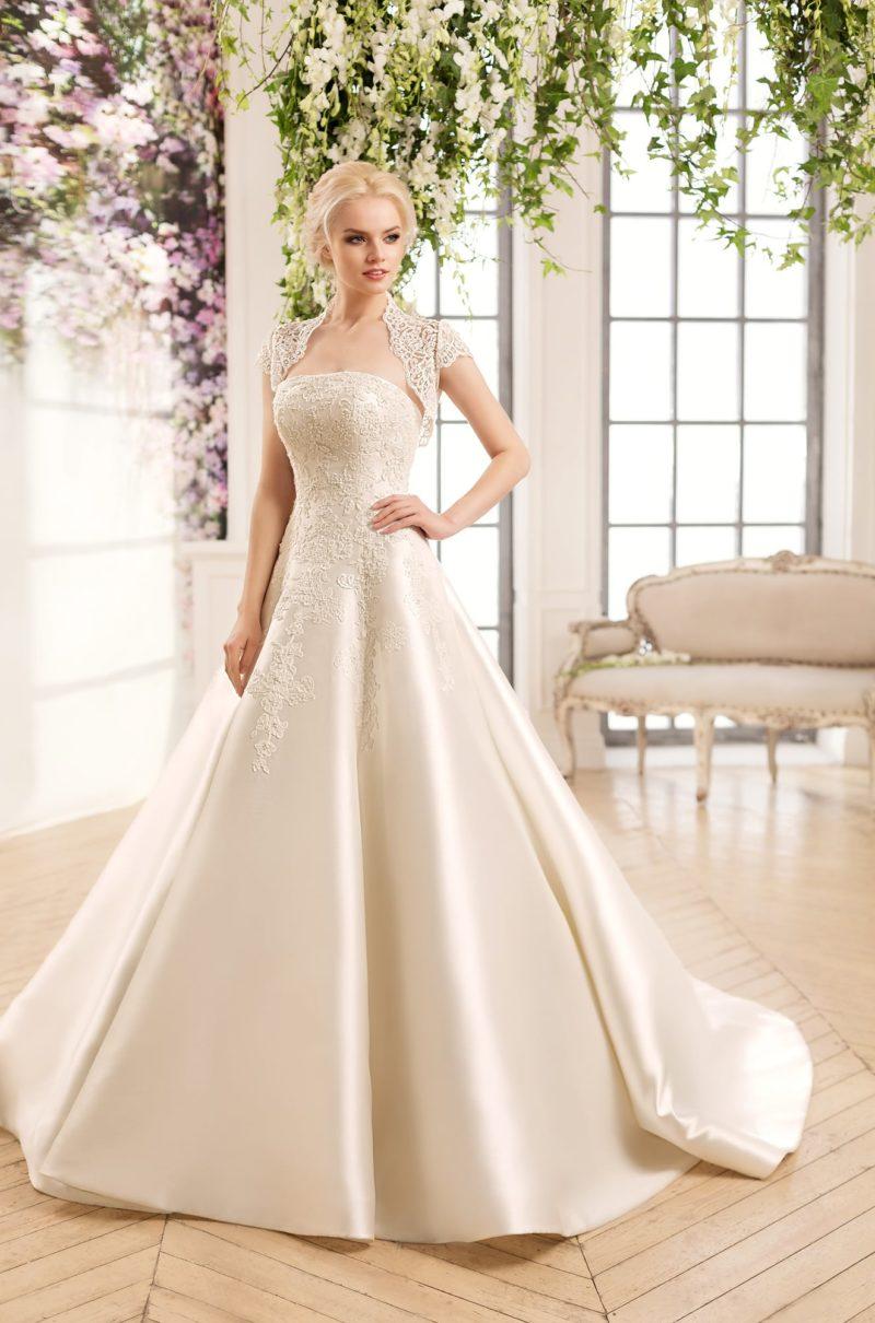 Атласное свадебное платье «принцесса» с кружевным верхом и короткими рукавами.