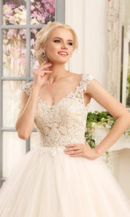 Свадебное платье «принцесса» с кружевным лифом и многослойной юбкой со шлейфом.