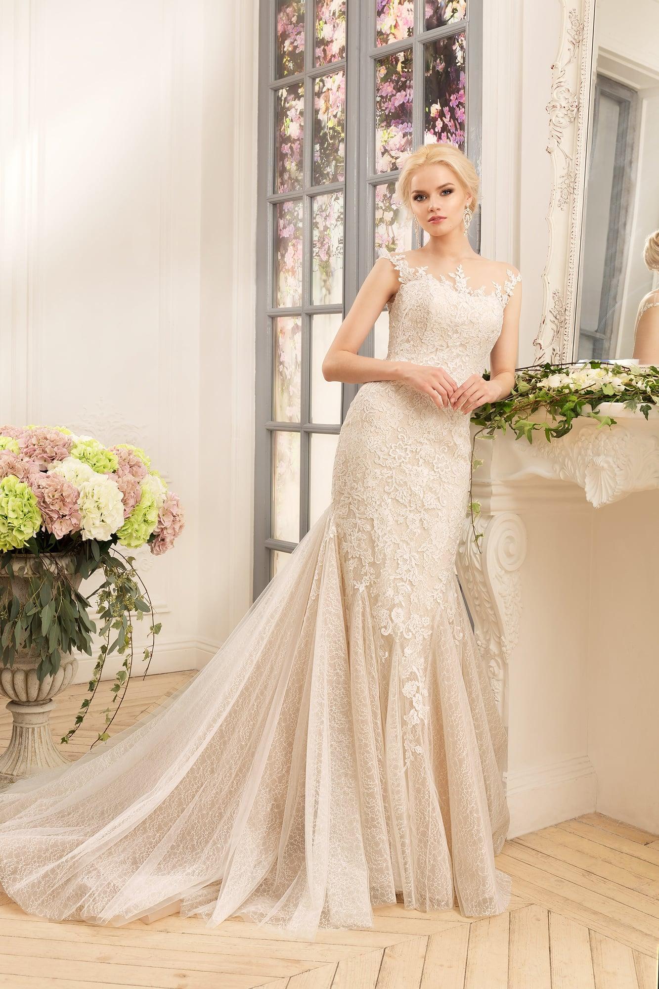 bf142a3daa16038 Свадебное платье с силуэтом «рыбка» из ткани бежевого цвета с открытой  ажурной спинкой.
