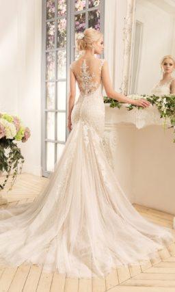 Свадебное платье с силуэтом «рыбка» из ткани бежевого цвета с открытой ажурной спинкой.