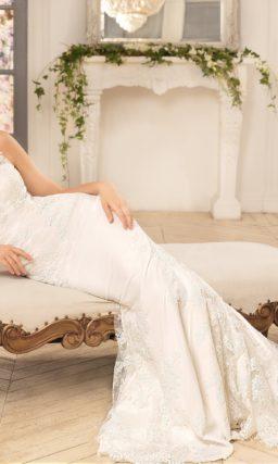 Свадебное платье силуэта «рыбка» с длинным шлейфом и кружевной спинкой.
