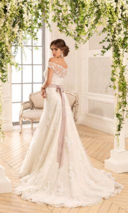 Свадебное платье с силуэтом «принцесса», с портретным декольте и широким розовым поясом.