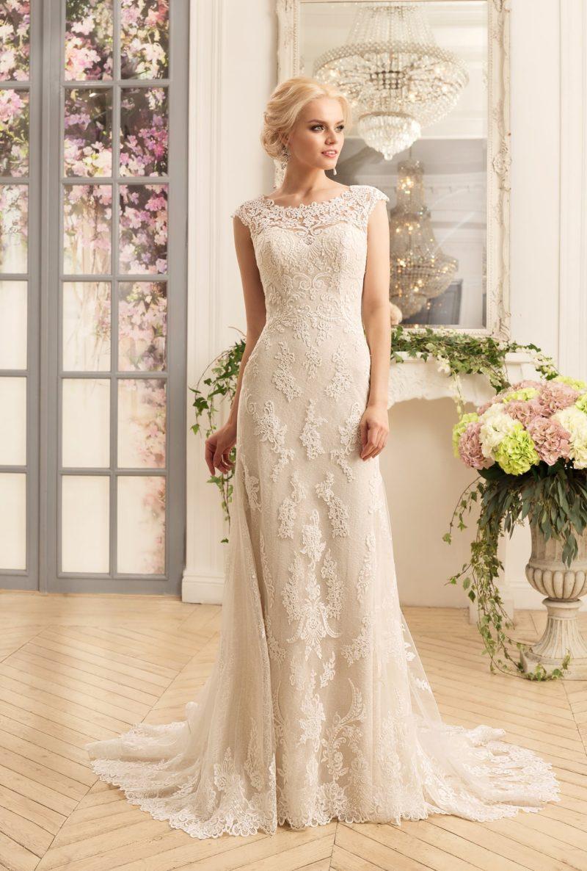 Прямое свадебное платье цвета слоновой кости с изящным кружевным декором.