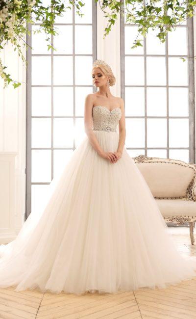 Торжественное свадебное платье с пышной юбкой и корсетом, покрытым бисером и стразами.