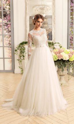 Свадебное платье «принцесса» с пышным шлейфом и ажурной отделкой верха с рукавами.