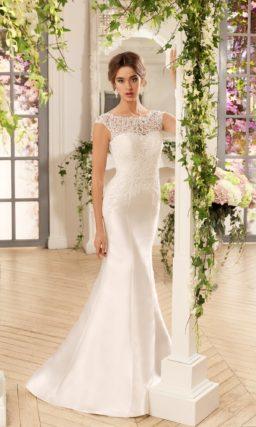 Закрытое свадебное платье силуэта «рыбка» с глянцевой шелковой юбкой.