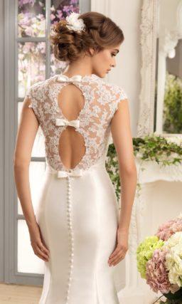 Атласное свадебное платье силуэта «рыбка» с двумя ажурными вырезами на спинке.
