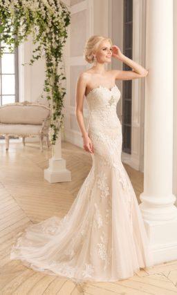 Кружевное свадебное платье с силуэтом «рыбка», выполненное из ткани оттенка слоновой кости.