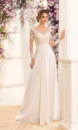 Прямое свадебное платье с длинными рукавами и кружевным лифом.