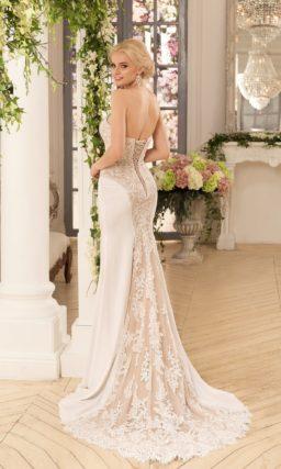 Свадебное платье силуэта «рыбка» с отделкой из кружева на бежевой подкладке.