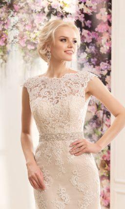 Прямое свадебное платье цвета слоновой кости с кружевным декором и расшитым поясом.