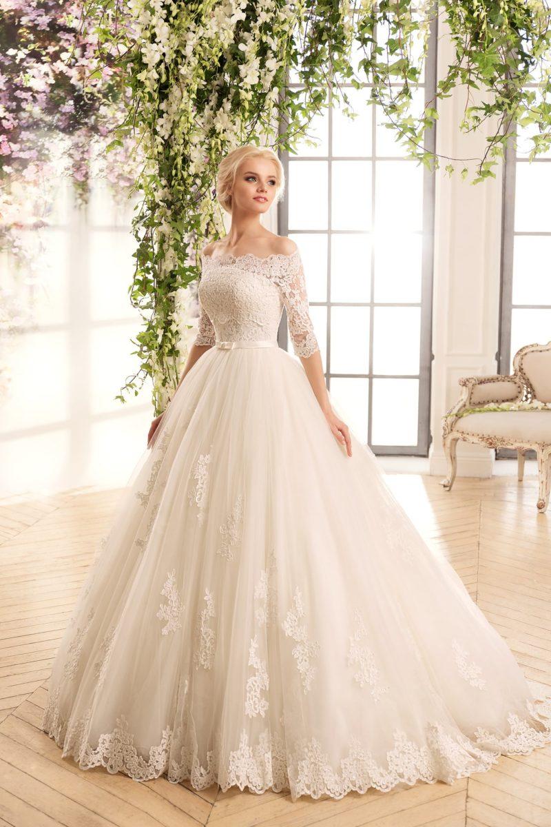 Пышное свадебное платье с кружевным болеро, создающим портретный вырез.