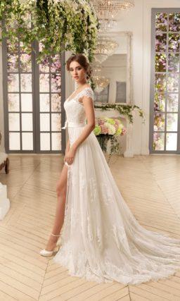 Романтичное свадебное платье цвета слоновой кости с пышной верхней юбкой.