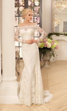 Прямое свадебное платье с длинным рукавом, по всей длине оформленное кружевом.