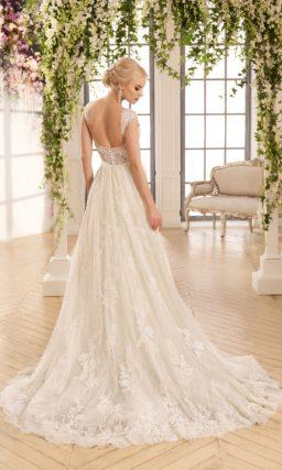 Свадебное платье силуэта «принцесса» с кружевной отделкой и роскошным шлейфом.