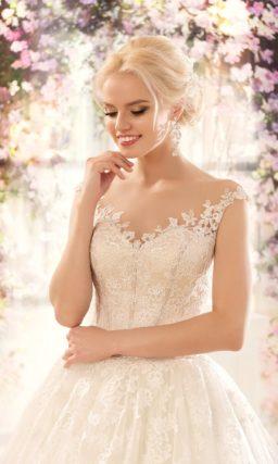 Свадебное платье с силуэтом «принцесса», украшенное по многослойному подолу кружевом.