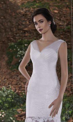 Элегантное свадебное платье с силуэтом «русалка» и драпировками на лифе.