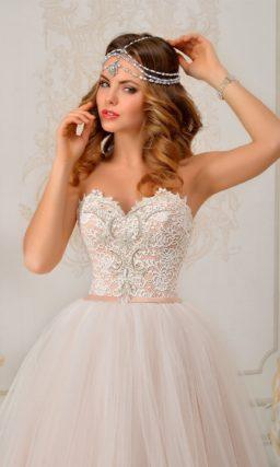 Пышное свадебное платье пастельного розового цвета с открытым кружевным корсетом.