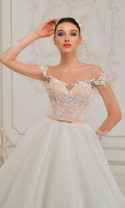 Пышное свадебное платье с бежевым корсетом, отделанным белым кружевом.