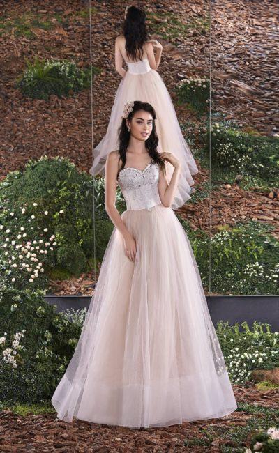 Открытое свадебное платье пышного силуэта из ткани нежного розового цвета.