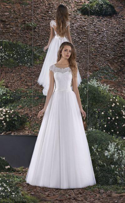 Свадебное платье силуэта «принцесса» с ажурным вырезом на спинке.