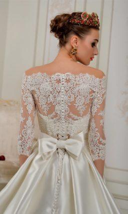 Атласное свадебное платье силуэта «принцесса» с портретным ажурным декольте.