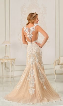 Бежевое свадебное платье с облегающим силуэтом «рыбка», украшенное белым кружевом.