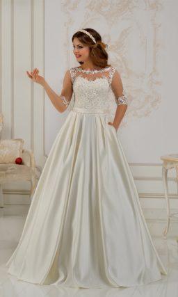 Атласное свадебное платье силуэта «принцесса» с крупной ажурной отделкой.