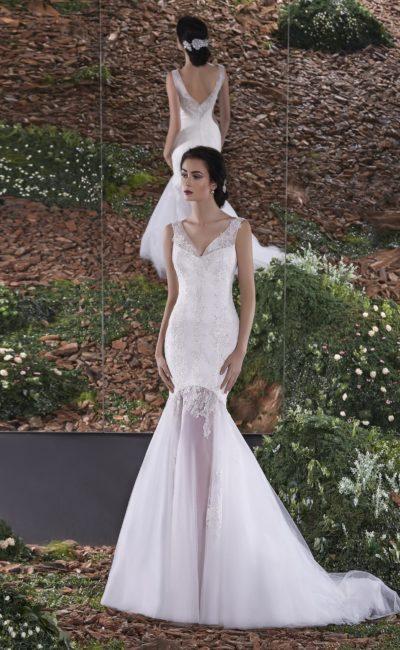 Свадебное платье силуэта «рыбка» с полупрозрачной юбкой и V-образным вырезом.